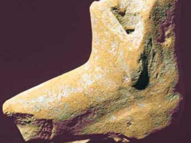 Piede votivo fittile. IV-II secolo a C. Giorgetti, Alessio/ Bellu, Sandro/ Paparelli, Daniele; jpg; 340 pixels; 299 pixels