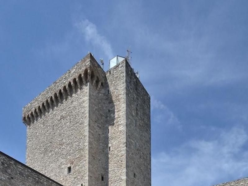 Corte interna. Maschio, pozzo e scalinata. Fedeli, Marcello; jpg; 1417 pixels; 2126 pixels