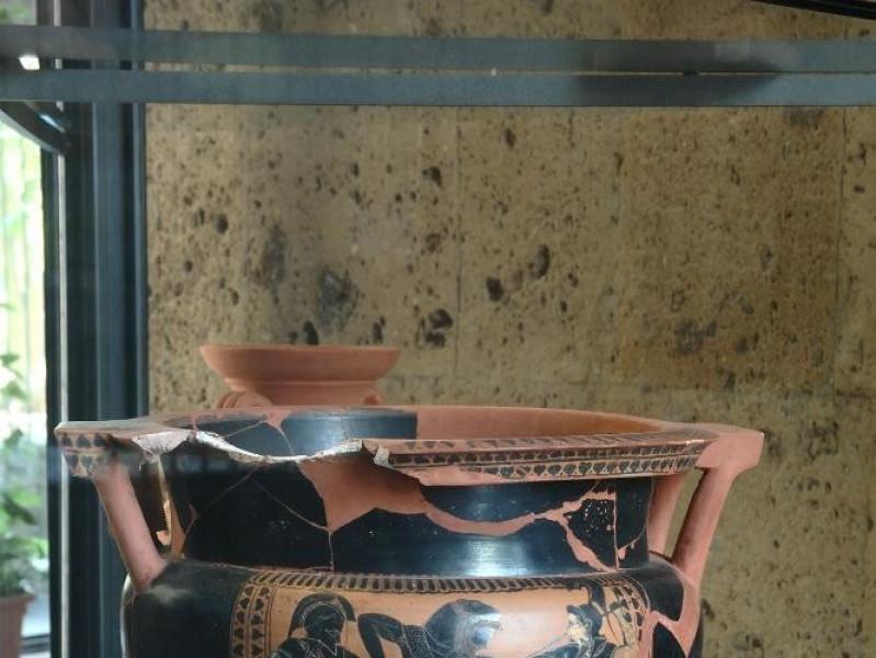 Cratere a colonnette a figure nere. VI sec. a Fedeli, Marcello; jpg; 1417 pixels; 2126 pixels