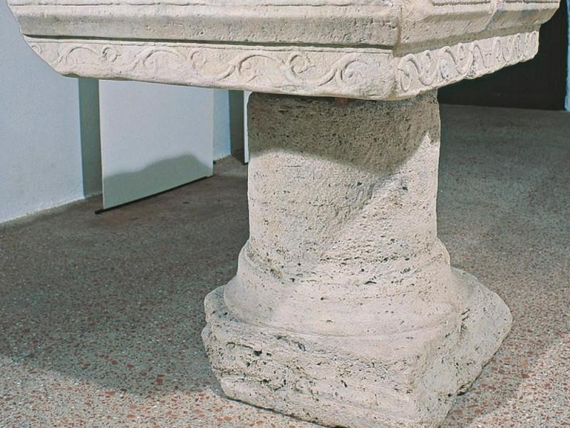 Antiquarium Comunale. Mensa di altare, VI sec Giorgetti, Alessio; jpg; 768 pixels; 660 pixels