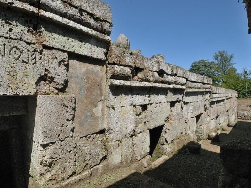 Necropoli di Crocifisso del Tufo. VI-III sec. Fedeli, Marcello; jpg; 2126 pixels; 1417 pixels