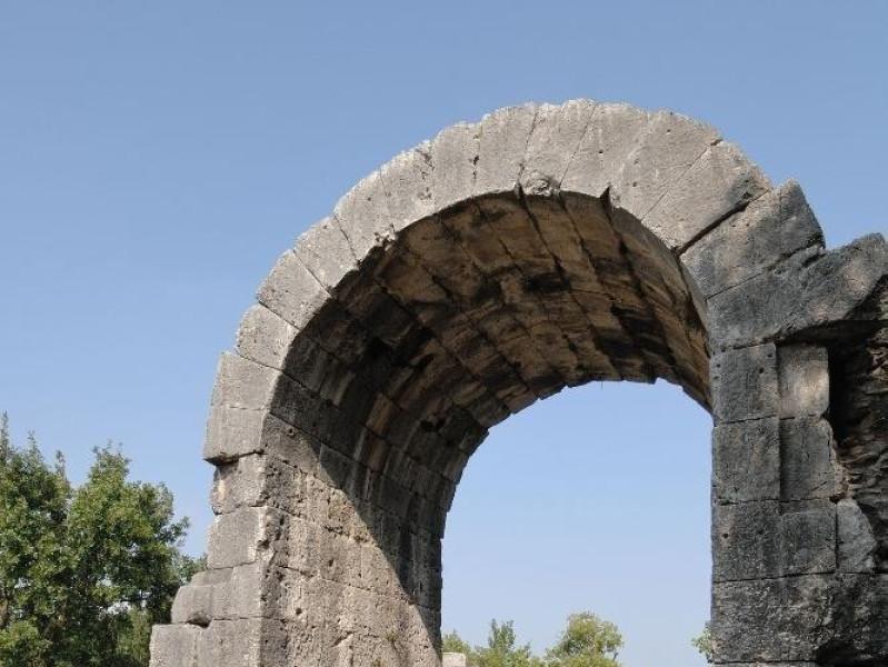 Parco archeologico di Carsulae. Arco di S. Da ; jpg; 1417 pixels; 2126 pixels