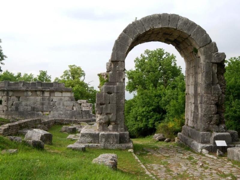 Parco archeologico di Carsulae. La via Flamin Bellu, Sandro; jpg; 929 pixels; 622 pixels