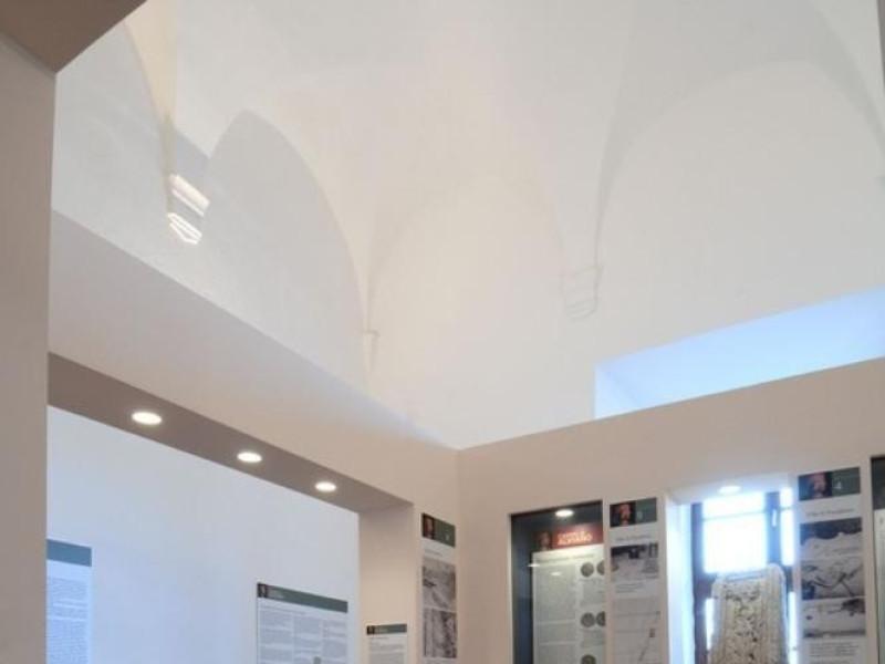 Interno. Sala espositiva. Fedeli, Marcello; jpg; 511 pixels; 768 pixels