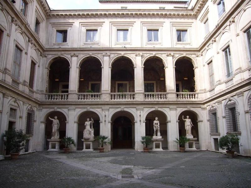 Palazzo Altmps, Cortile interno