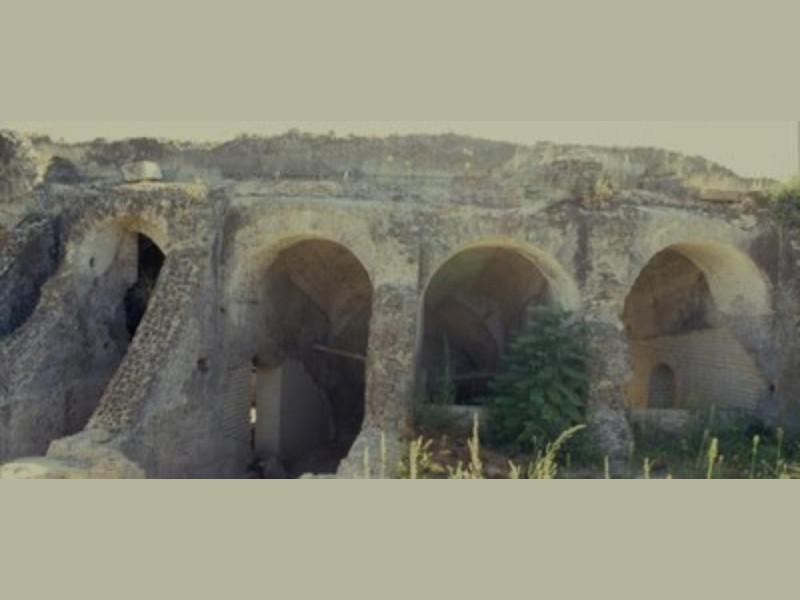 Antica Cales, veduta delle arcate esterne