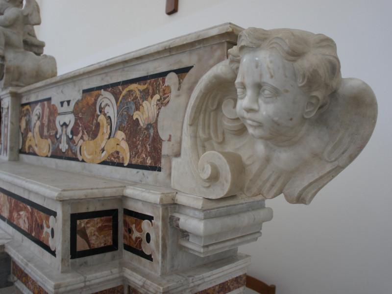 Chiesa di San Giacomo Apostolo: altare in marmo settecentesco