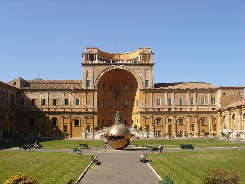Musei Vaticani: Cortile del Belvedere con scultura di Arnaldo Pomodoro