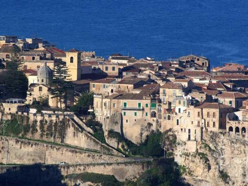 Castello e Cinta Muraria - Necropoli Paleocristiana
