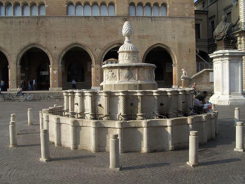 Piazza Cavour: Fontana della Pigna